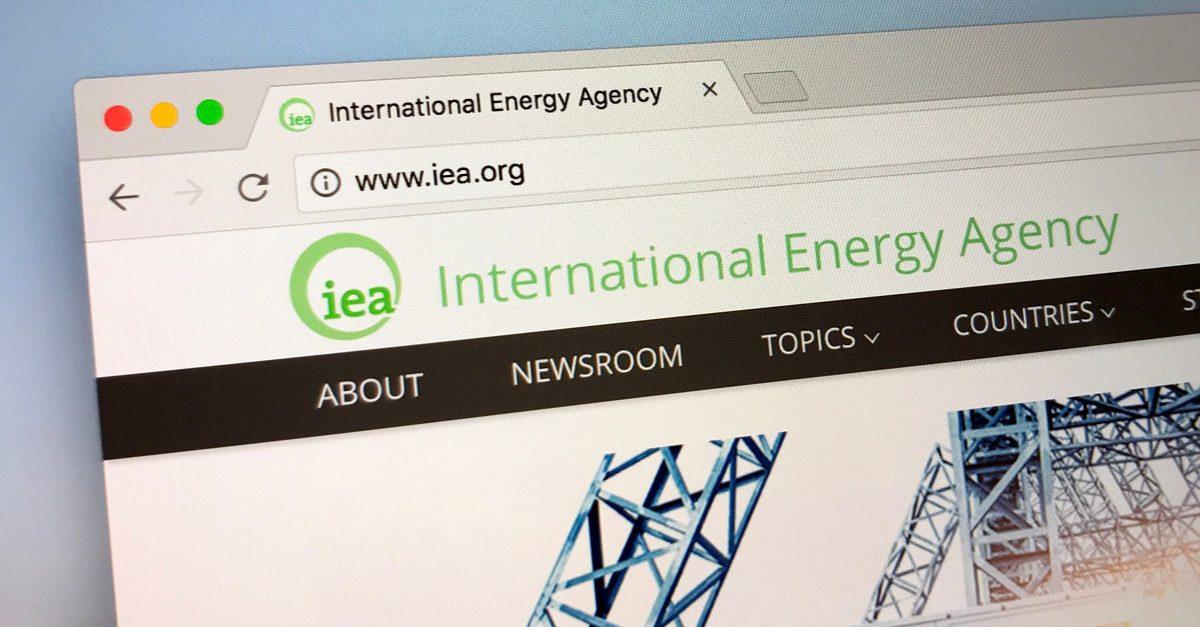 МЭА: избыток предложения нефти негативен для цен