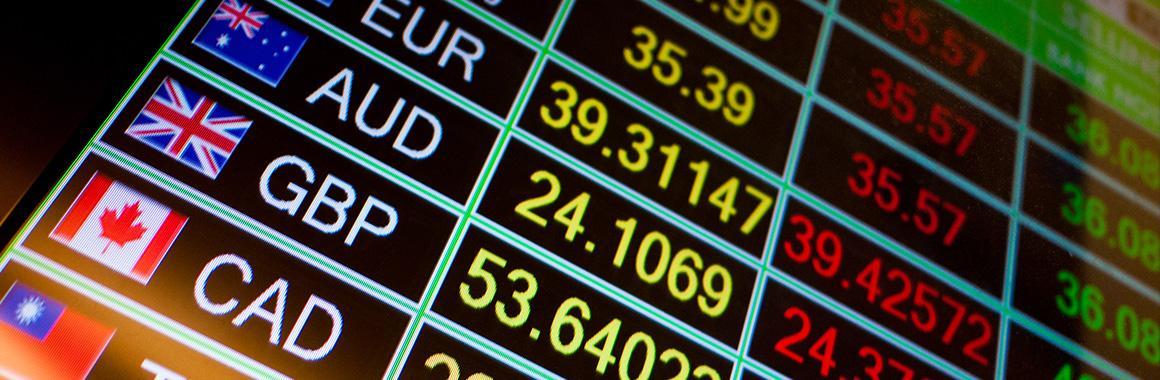 O que é atenuação quantitativa e como isso influencia as taxas de câmbio?